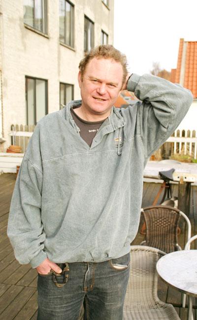 Jacob Thybo er født og opvokset i Aarhus og bor i dag på Frederiksbjerg i det centrale Aarhus